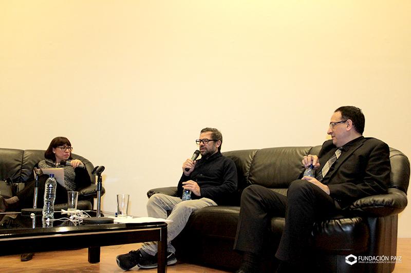 Pedro Reyes en entrevista con alma ruiz en la embajada de mexico sobre 20 bienal de arte paiz en Guatemala