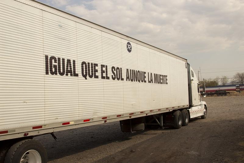 New Promises, Ernesto Bautista, 2012. Impresión de vinil sobre trailer, fotografía digital.